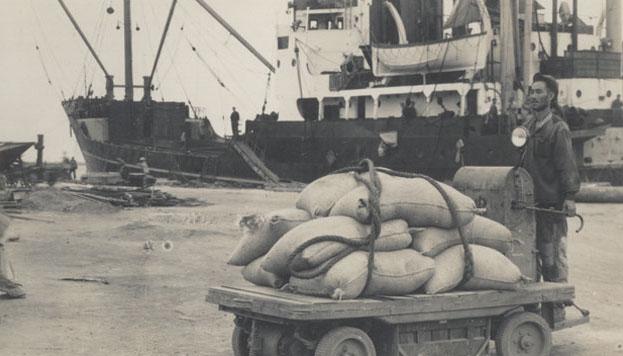 50年代烟台港码头工人作业场景